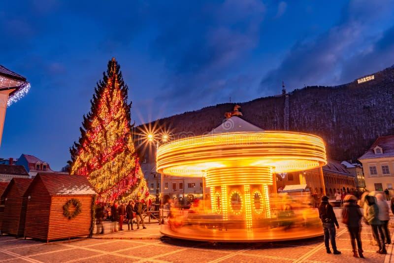 Mensen die Kerstmisvakantie in Brasov-stad vieren stock afbeelding