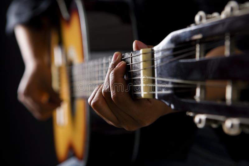 Mensen die klassieke gitaar spelen stock afbeelding