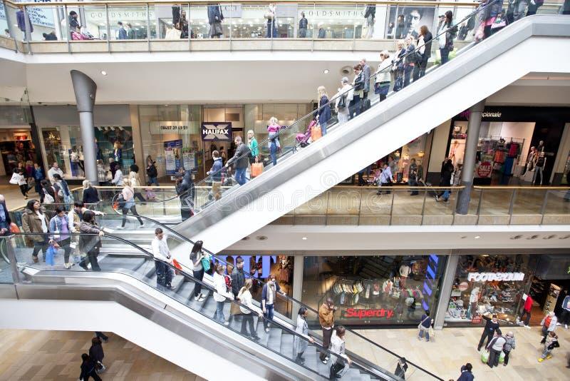 Mensen die in kleinhandelswandelgalerij winkelen
