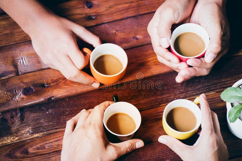 Mensen die koffie drinken stock foto's