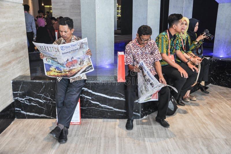 Mensen die krant lezen royalty-vrije stock foto