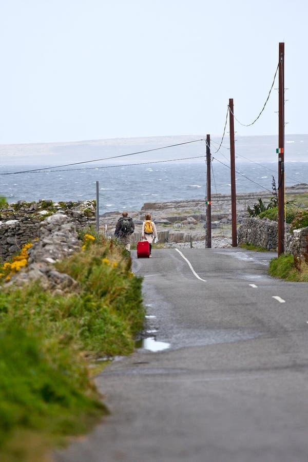 Mensen die langs Doolin Bay, Ierland lopen stock afbeeldingen