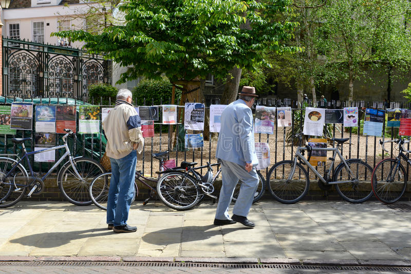 Mensen die langs lezingsaffiches lopen in Cambridge stock afbeeldingen