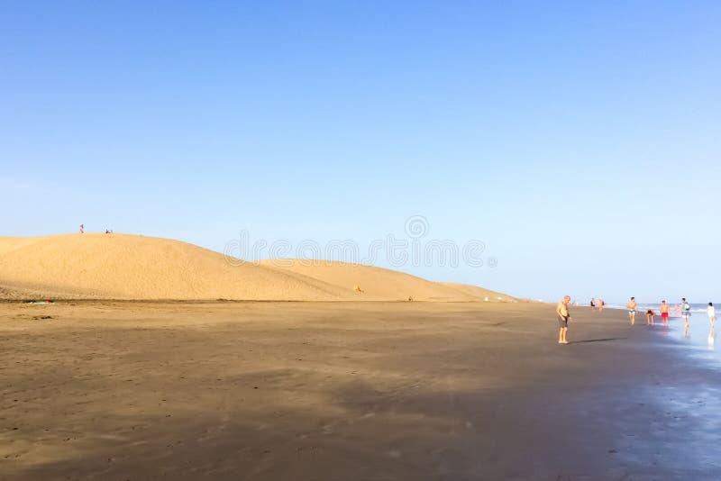 Mensen die langs Playa del Ingles lopen stock afbeeldingen
