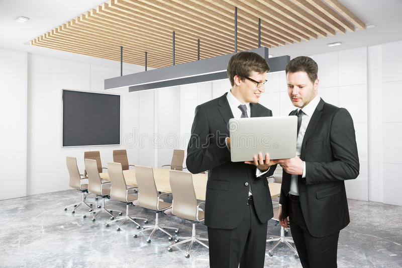 Mensen die laptop in conferentieruimte met behulp van royalty-vrije stock afbeelding