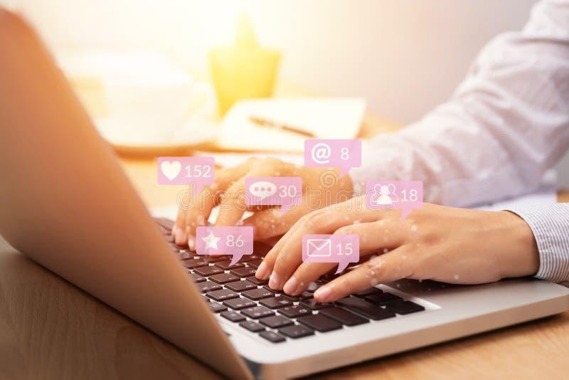 Mensen die laptop van de notitieboekjecomputer voor sociale media interactie met berichtpictogrammen met behulp van van vriend in vector illustratie