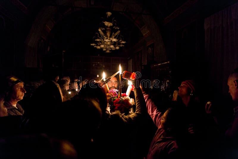 Mensen die licht van de priester in Pasen-massa worden royalty-vrije stock foto