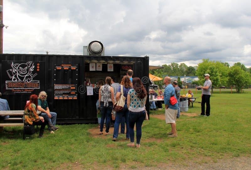 Mensen die in lijn bij voedselvrachtwagen wachten, de Vlooienmarkt van de Olifants` s Boomstam, Nieuwe Milford, CT 2017 stock foto's