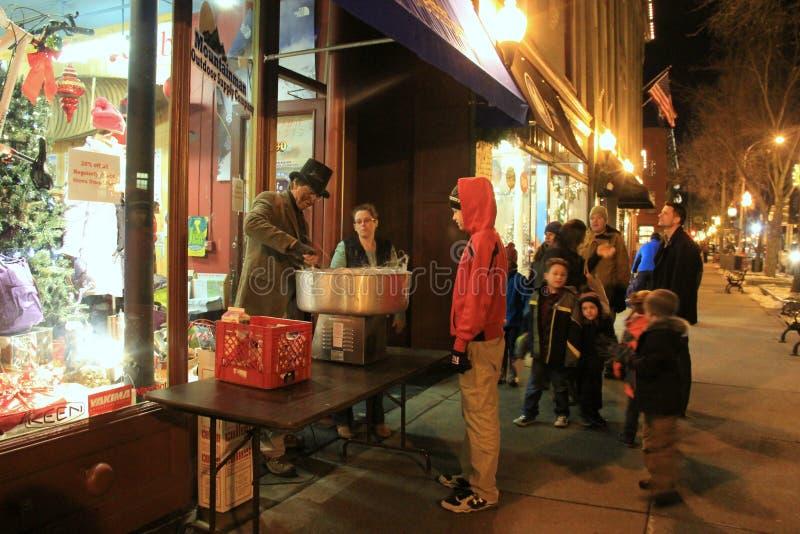 Mensen die in lijn op gesponnen suiker, jaarlijkse Victoriaanse Streetwalk, Saratoga, 2014 wachten stock afbeelding