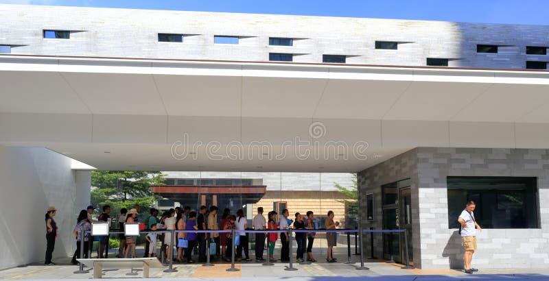 Mensen die in lijn op visum wachten stock afbeelding