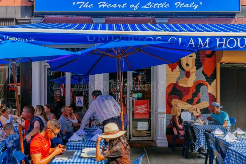 Mensen die lunch hebben bij een restaurant in Weinig Italië, Manhattan royalty-vrije stock afbeelding