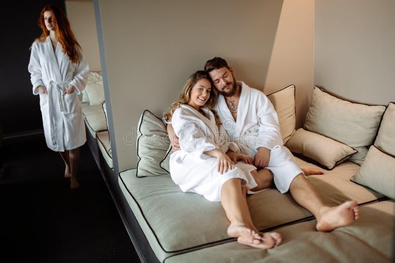 Mensen die in luxe ontspannen stock fotografie