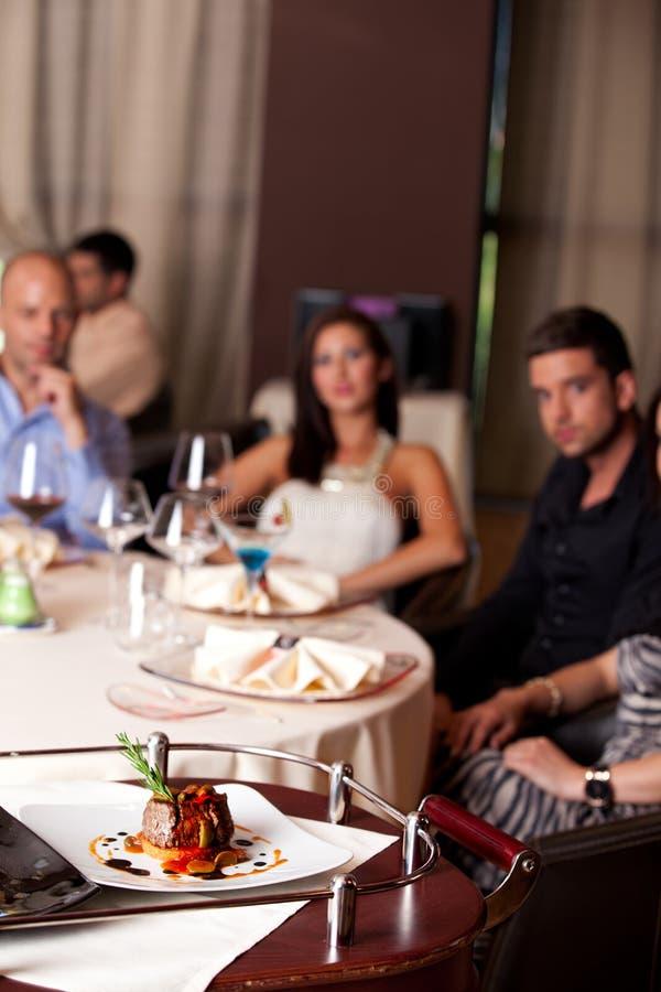 Mensen die maaltijd hebben die in restaurant wordt gediend royalty-vrije stock foto's