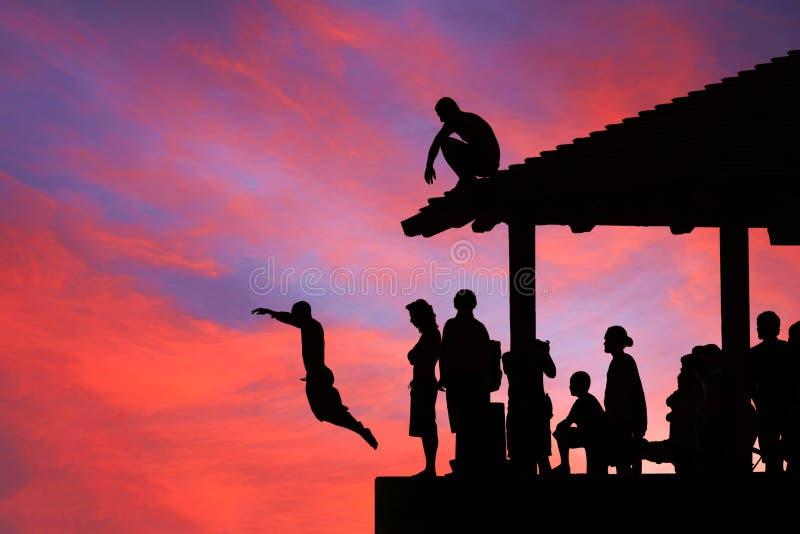 Mensen die in magische zonsondergang, Hawaï duiken stock foto