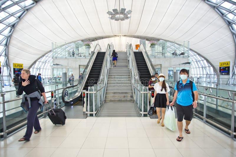 Mensen die maskerbescherming dragen bij de luchthaven royalty-vrije stock foto's