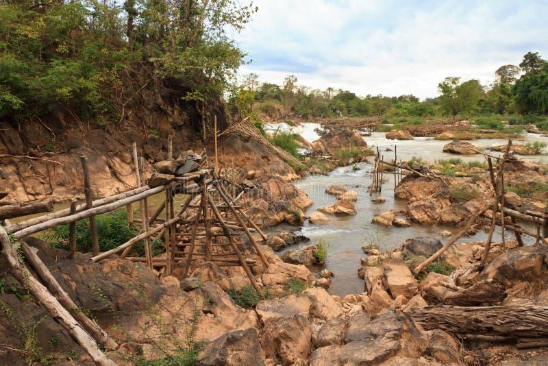 Mensen die met een rudimentair netwerk in de Mekong rivier bij Don Khon-eiland op Laos vissen stock afbeeldingen