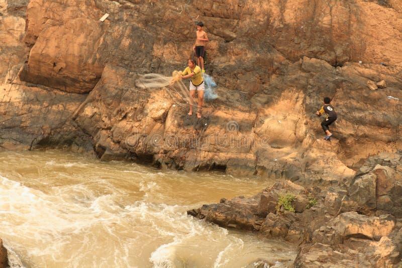 Mensen die met een rudimentair netwerk in de Mekong rivier bij Don Khon-eiland op Laos vissen royalty-vrije stock foto's