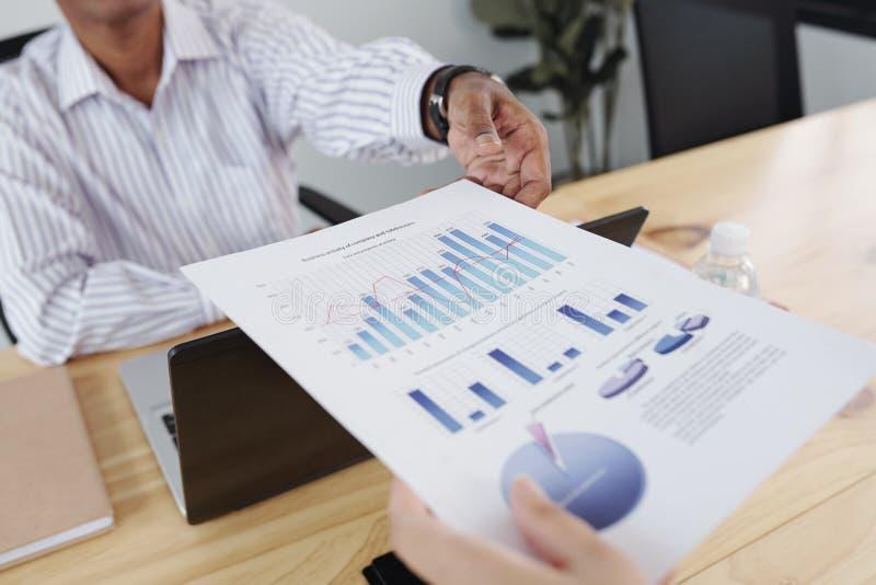 Mensen die met financieel verslag werken stock afbeelding