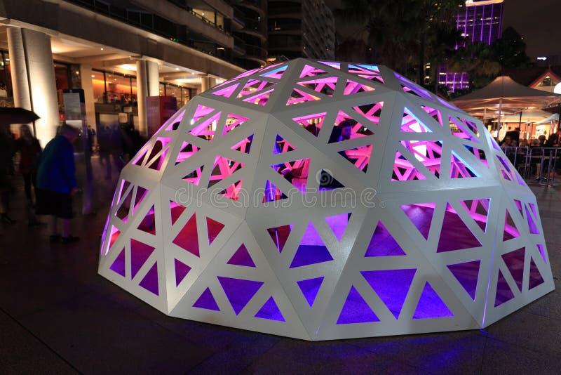 Mensen die met Geodetische Lichte Koepel Cirkelkade Sydney interactie aangaan royalty-vrije stock afbeelding