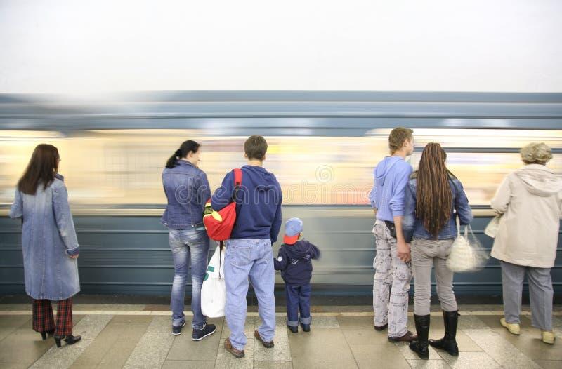 mensen die metro wachten stock afbeelding