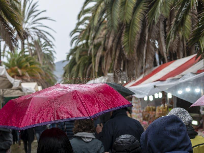 mensen die in mijn stad onder de regen lopen stock foto's