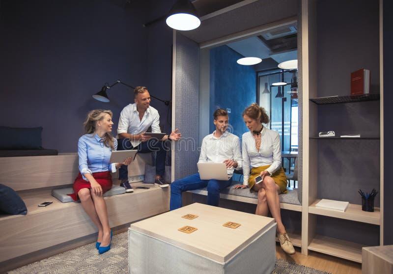Mensen die in modern bureau werken stock foto's