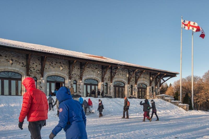 Mensen die naar Chalet du Mont Royal gaan stock fotografie