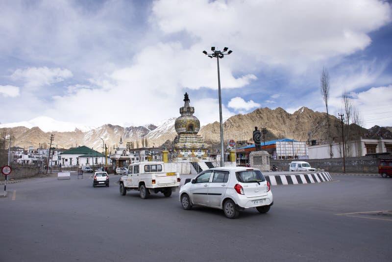 Mensen die naast Skara-weg met verkeer dichtbij de Rotonde van Kalachakra Stupa in het dorp van Leh Ladakh in Jammu en Kashmir, I royalty-vrije stock foto