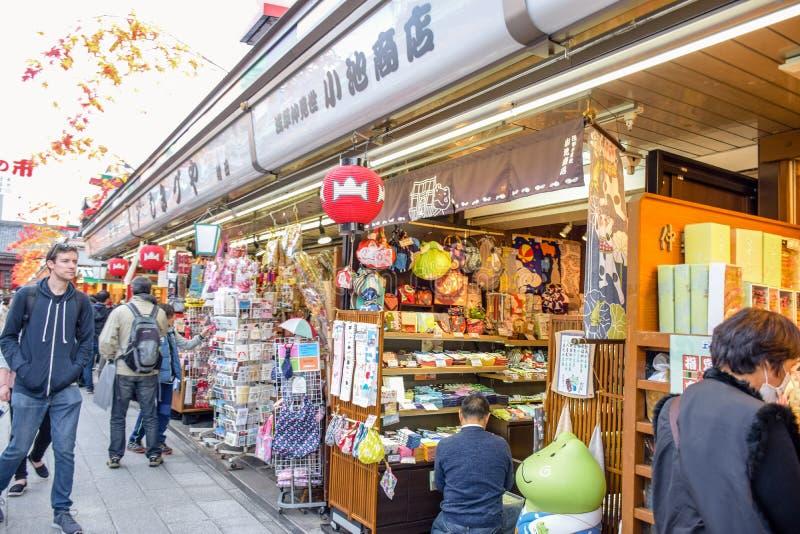Mensen die in Nakamise-markt, de traditionele die het winkelen straat winkelen bij Sensoji-Tempel, Asakusa, Japan wordt gevestigd royalty-vrije stock fotografie