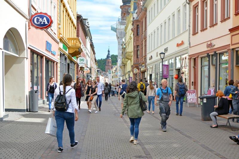 Mensen die onderaan het winkelen hoofdstraat op zonnige de zomerdag lopen stock fotografie