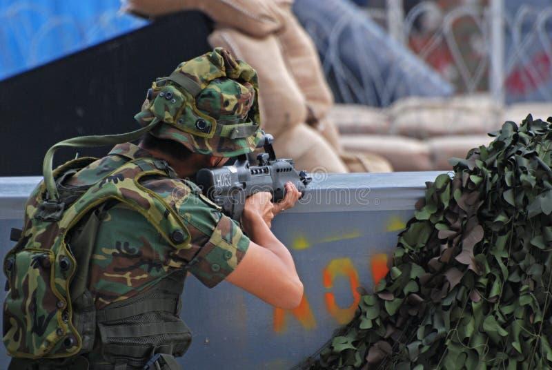 Mensen die oorlogsspels spelen stock fotografie