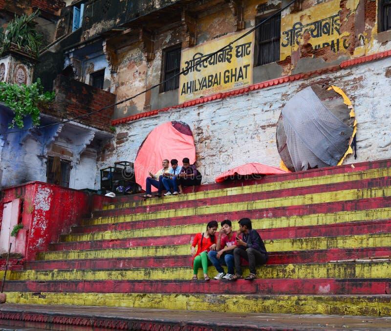 Mensen die op Ahilyabai Ghat in Varanasi, India zitten stock foto's