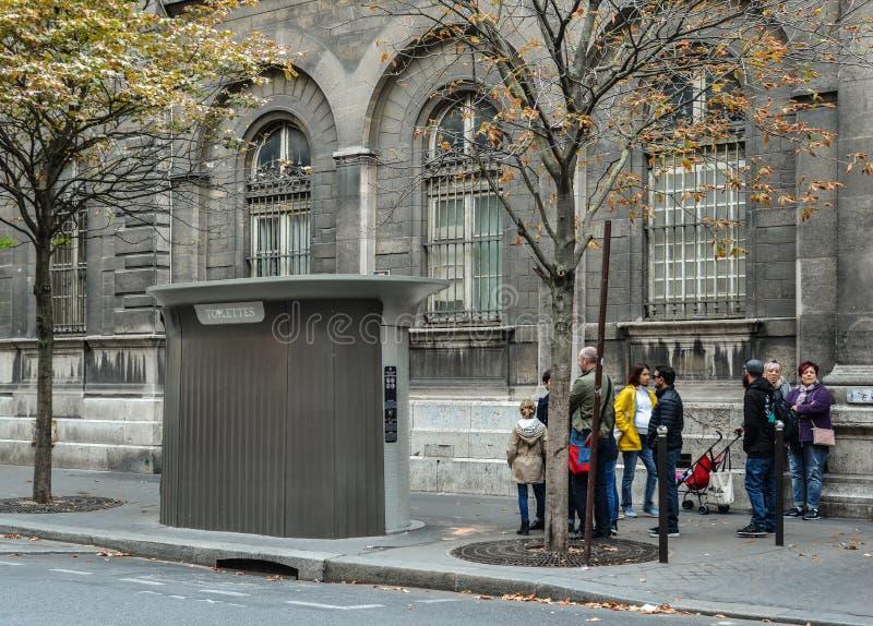 Mensen die op bezoek het vrije toilet wachten royalty-vrije stock afbeelding
