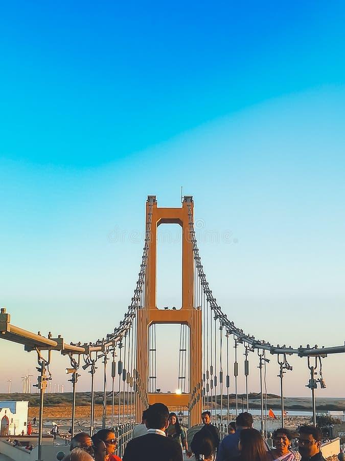 Mensen die op brug lopen royalty-vrije stock afbeelding