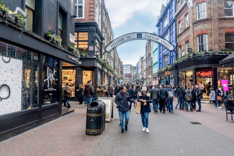 Mensen die op Carnaby-Straat in Londen, het UK lopen stock foto