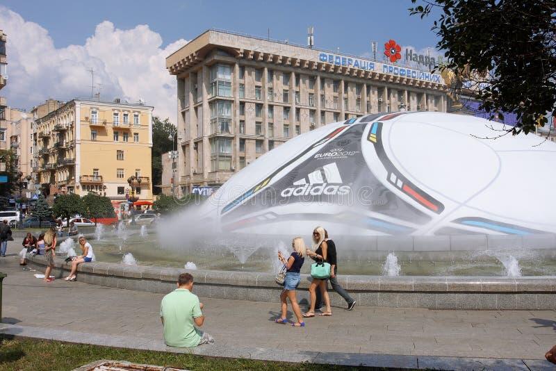 Mensen die op de achtergrond van de bal van UEFA wandelen stock afbeeldingen