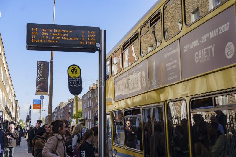 Mensen die op de bus wachten te krijgen royalty-vrije stock afbeelding