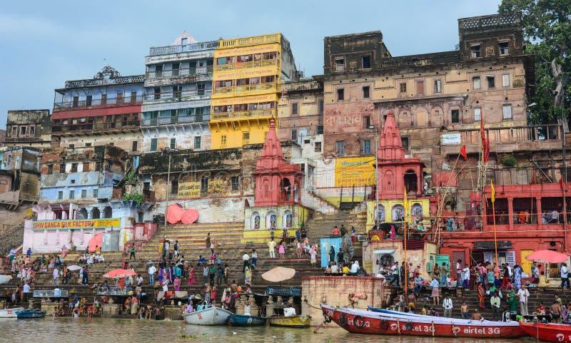Mensen die op de Heilige Rivier van Ganges in Varanasi, India baden royalty-vrije stock afbeelding