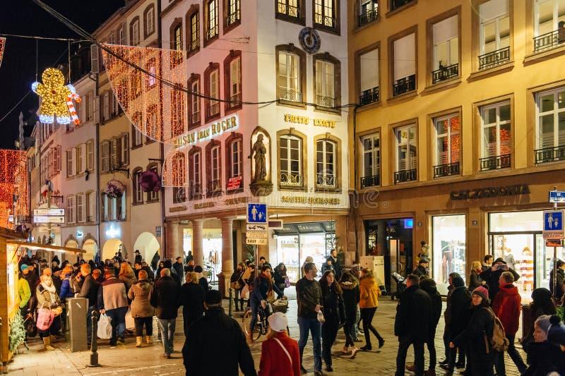Mensen die op de hoofdstraat tijdens Kerstmismarkt lopen royalty-vrije stock afbeeldingen