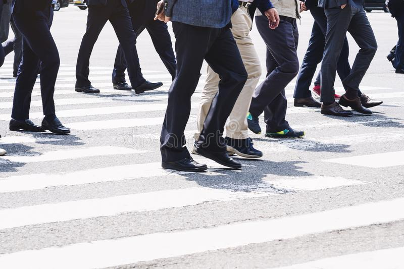 Mensen die op de levensstijl straat van de Bedrijfsmensenstad lopen stock afbeelding