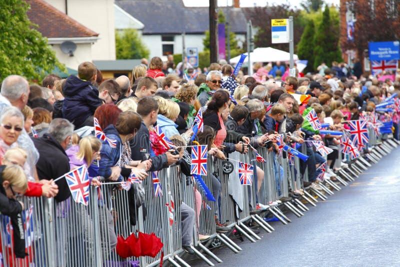 Mensen die op de Olympische toorts wachten royalty-vrije stock foto