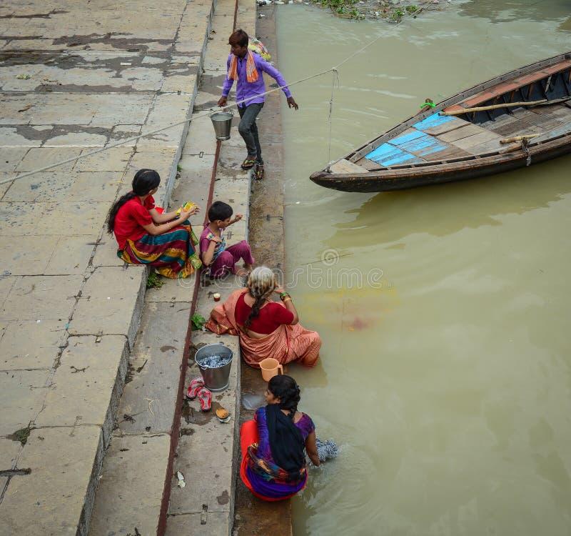 Mensen die op de Rivier van Ganges baden stock afbeeldingen