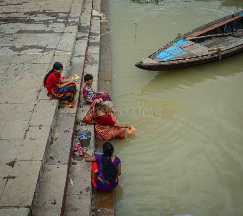 Mensen die op de Rivier van Ganges baden stock foto's