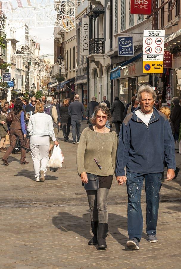 Mensen die op de straat lopen royalty-vrije stock fotografie