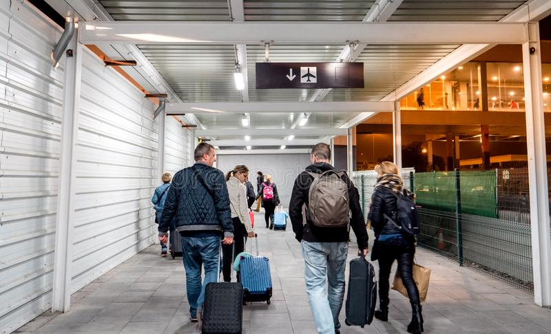 Mensen die op de tijdelijke weg binnen Aeroport lopen stock foto's