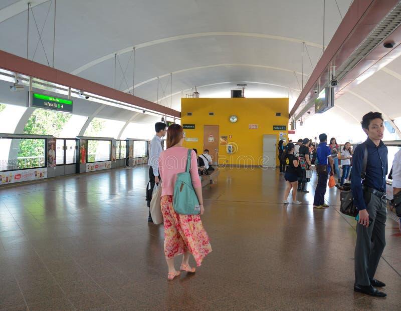 Mensen die op de trein bij MRT post wachten stock foto's