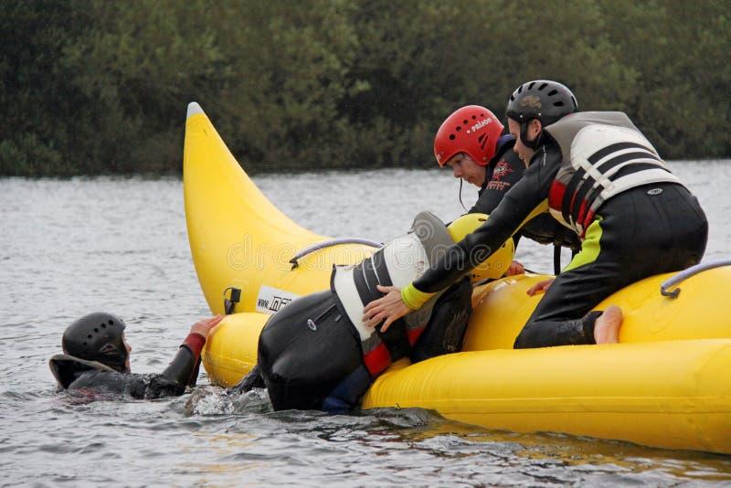 Mensen die op een banaanboot berijden royalty-vrije stock foto