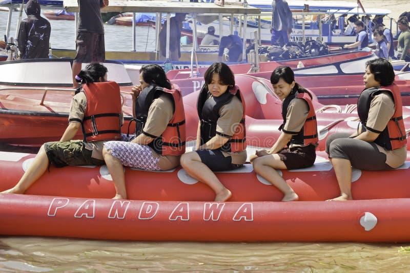 Mensen die op een banaanboot berijden in het strand van Bali royalty-vrije stock foto