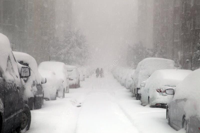 Mensen die op een sneeuwdag proberen te lopen royalty-vrije stock afbeeldingen