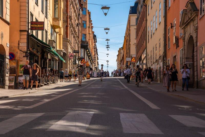 Mensen die op een stad het winkelen straat lopen stock afbeeldingen